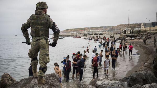 Военное оцепление на границе Марокко и Испании, в испанском анклаве Сеута - Sputnik Узбекистан