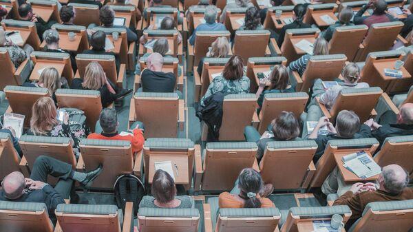 Студенты и преподаватели в аудитории вуза. Иллюстративное фото - Sputnik Узбекистан