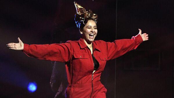 Певица Манижа (Россия) перед репетицией финала 65-го международного конкурса песни Евровидение-2021 в Роттердаме - Sputnik Узбекистан