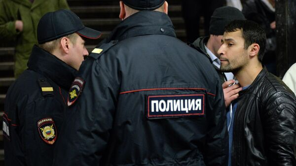 Сотрудники полиции и пассажир - Sputnik Ўзбекистон