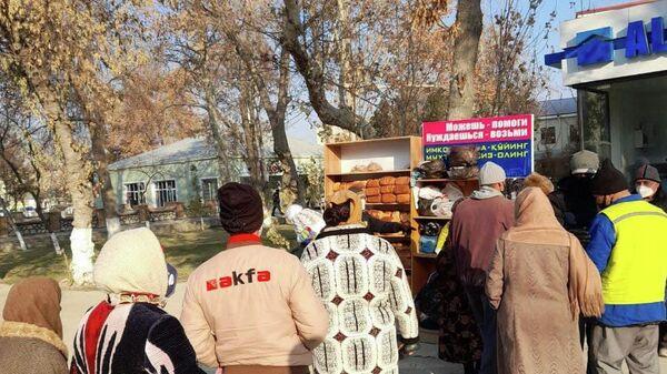 Нуждающиеся получают помощь из Доброго шкафа в Бухаре - Sputnik Узбекистан