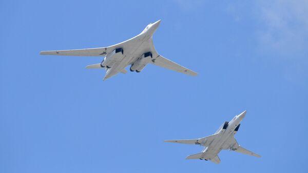 Дальний сверхзвуковой бомбардировщик-ракетоносец Ту-22М3 и стратегический бомбардировщик-ракетоносец Ту-160 - Sputnik Узбекистан