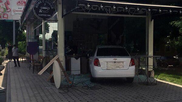 Леговушка въехала в магазин на автобусной остановке - Sputnik Узбекистан
