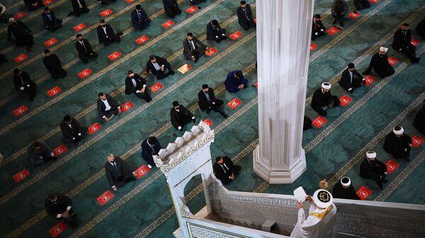 Верующие во время праздничной молитвы в честь Ураза-байрама в Москве - Sputnik Узбекистан