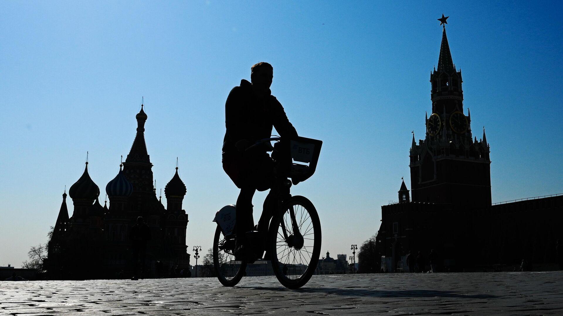 Молодой человек на Красной площади в Москве - Sputnik Узбекистан, 1920, 13.09.2021