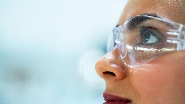 Инженер-химик в лаборатории - Sputnik Узбекистан