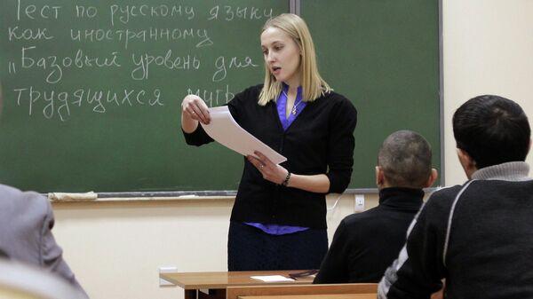 Sdacha migrantami ekzamena po russkomu yazыku - Sputnik Oʻzbekiston