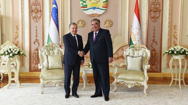 Prezident Uzbekistana Shavkat Mirziyeyev i prezident Tadjikistana Emomali Raxmon - Sputnik Oʻzbekiston