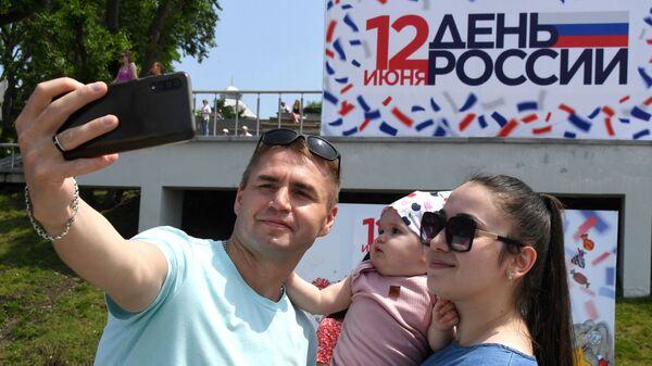 Люди во время празднования Дня России во Владивостоке - Sputnik Ўзбекистон