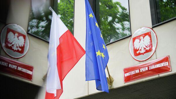 Gosudarstvennыy flag Polshi i flag Yevrosoyuza na zdanii Ministerstva inostrannыx del Polshi v Varshave - Sputnik Oʻzbekiston