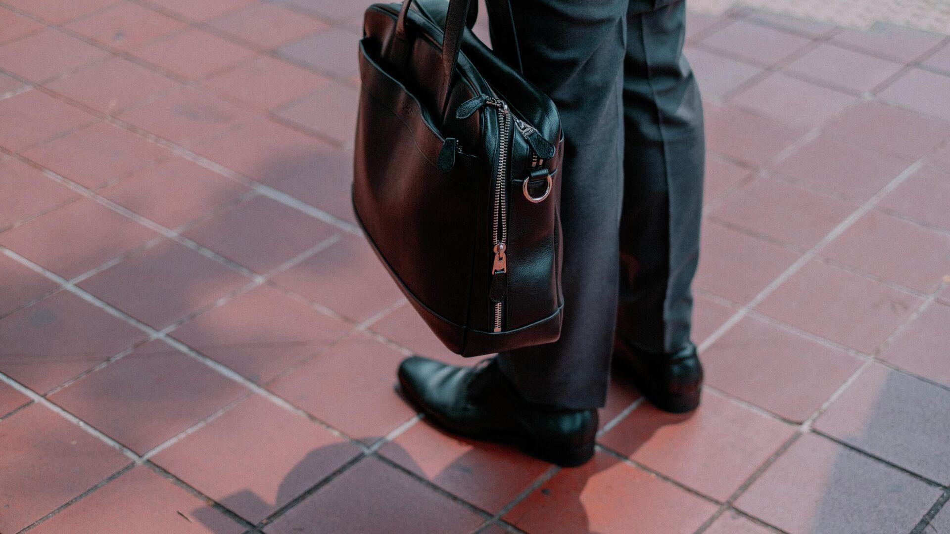 Мужчина с деловой сумкой - Sputnik Ўзбекистон, 1920, 17.06.2021