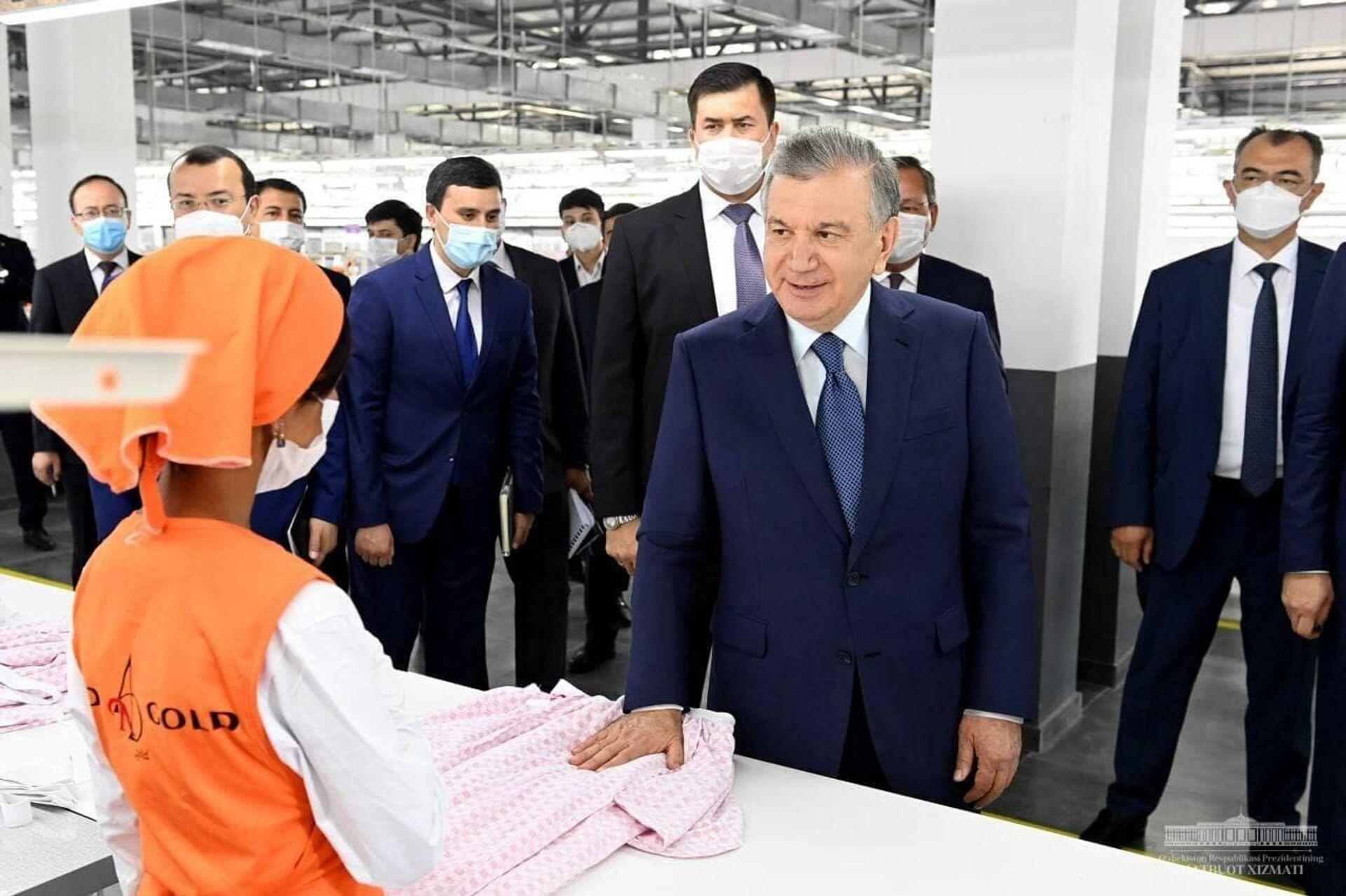 Президент Узбекистана посетил швейно-трикотажное предприятие And gold в Избасканском районе Андижанской области - Sputnik Узбекистан, 1920, 17.06.2021