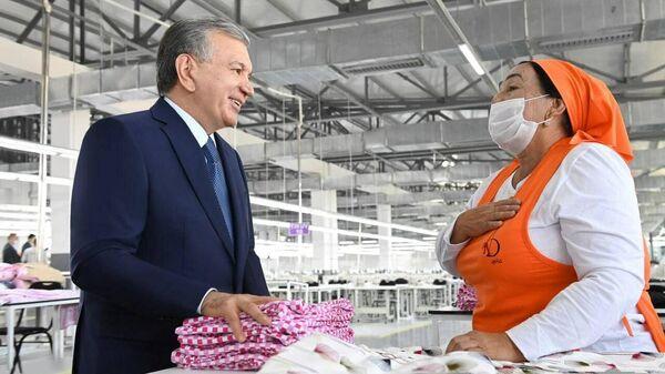 Prezident Uzbekistana posetil shveyno-trikotajnoye predpriyatiye And gold v Izbaskanskom rayone Andijanskoy oblasti - Sputnik Oʻzbekiston