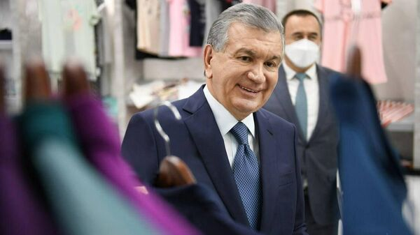Президент Узбекистана посетил швейно-трикотажное предприятие And gold в Избасканском районе Андижанской области - Sputnik Узбекистан