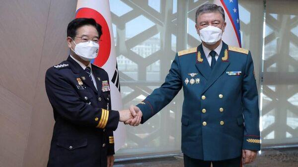 Министр внутренних дел Узбекистана Пулат Бобожонов (справа) и генеральный комиссар Национального агентства полиции Южной Кореи Ким Чанг Йонг - Sputnik Узбекистан