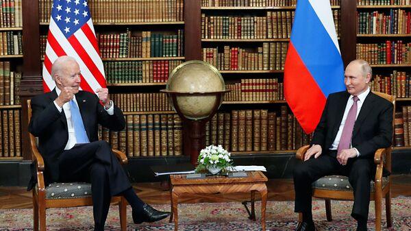 Президент РФ Владимир Путин и президент США Джо Байден  во время встречи в Женеве на вилле Ла Гранж - Sputnik Ўзбекистон