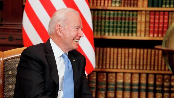 Президент США Джо Байден во время встречи с президентом РФ Владимиром Путиным на вилле Ла Гранж в Женеве - Sputnik Узбекистан