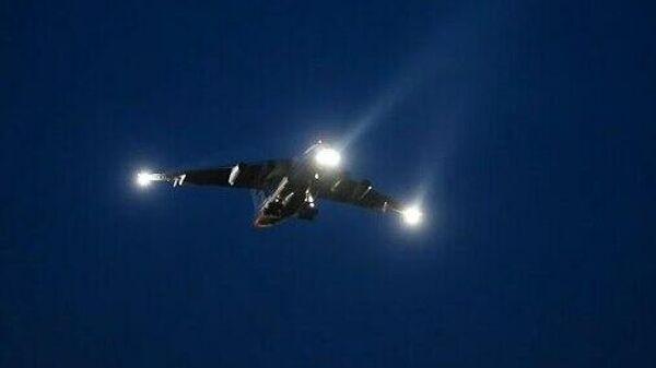 Ночные тренировочные полеты молодых летчиков ВТА ВКС России в Тверской области - Sputnik Узбекистан