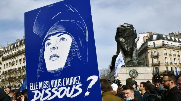 Участники акции протеста радикалов на площади Данфер-Рошро в Париже. Акция протеста организована молодежной ультраправой организацией Generation identitaire (Поколение идентичности) - Sputnik Узбекистан
