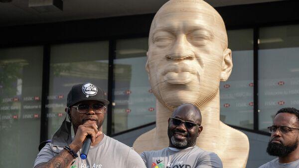 В Нью-Йорке установили памятник из белого камня в честь афроамериканца Джорджа Флойда - Sputnik Узбекистан