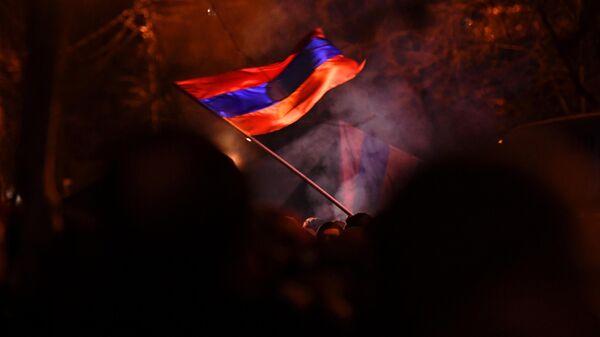 Участники митинга оппозиции на проспекте Баграмяна в Ереване - Sputnik Узбекистан