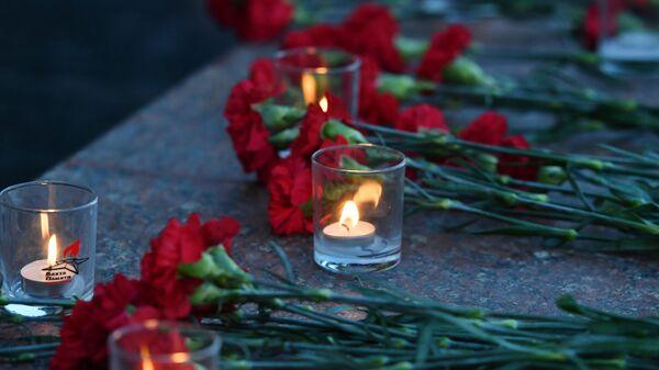 Свечи и цветы в Александровском саду в Москве - Sputnik Узбекистан