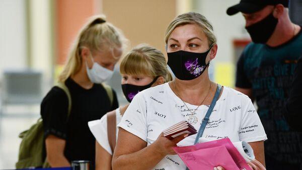 Пассажиры в Международном аэропорту Кольцово в Екатеринбурге - Sputnik Узбекистан