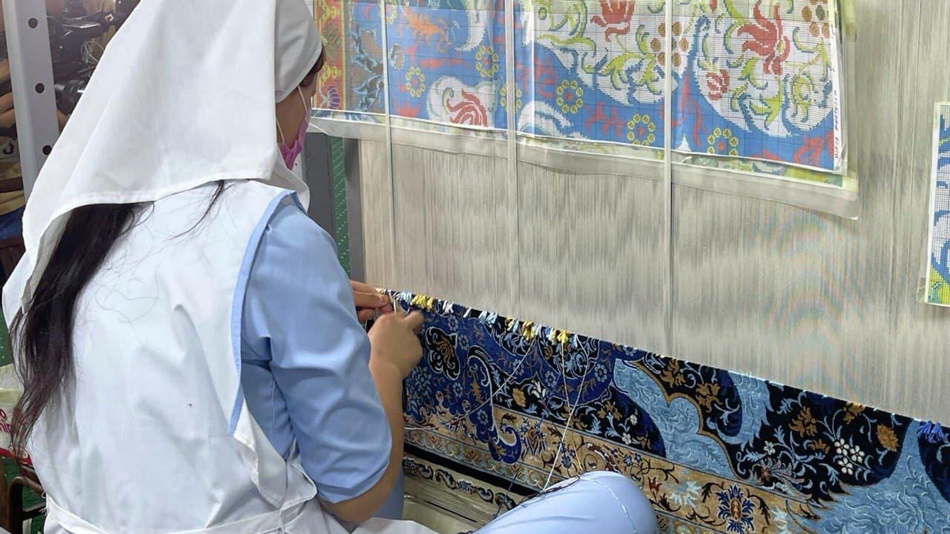 Производство шелковых ковров - Sputnik Узбекистан, 1920, 09.07.2021