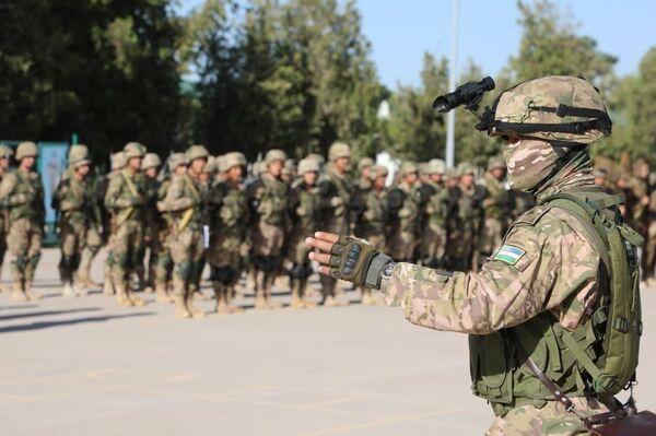 Построение военнослужащих в несколько шеренг. - Sputnik Узбекистан