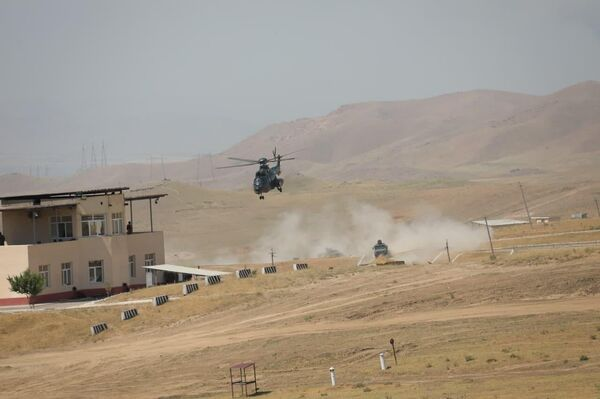 Курсирование военного вертолета над территорией учебного полигона. - Sputnik Узбекистан