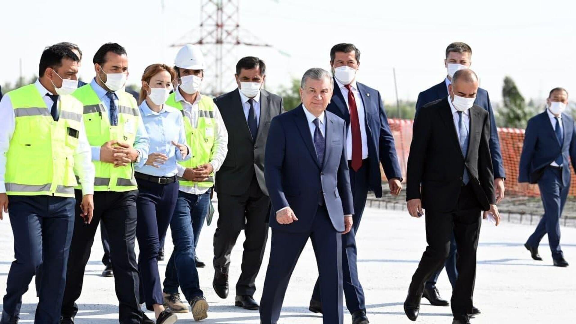 Шавкат Мирзиёев осматривает строительство нового моста - Sputnik Узбекистан, 1920, 25.06.2021
