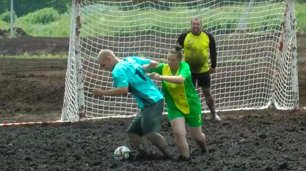 Белорусы сыграли в футбол на болоте, было грязно и зрелищно - Sputnik Узбекистан