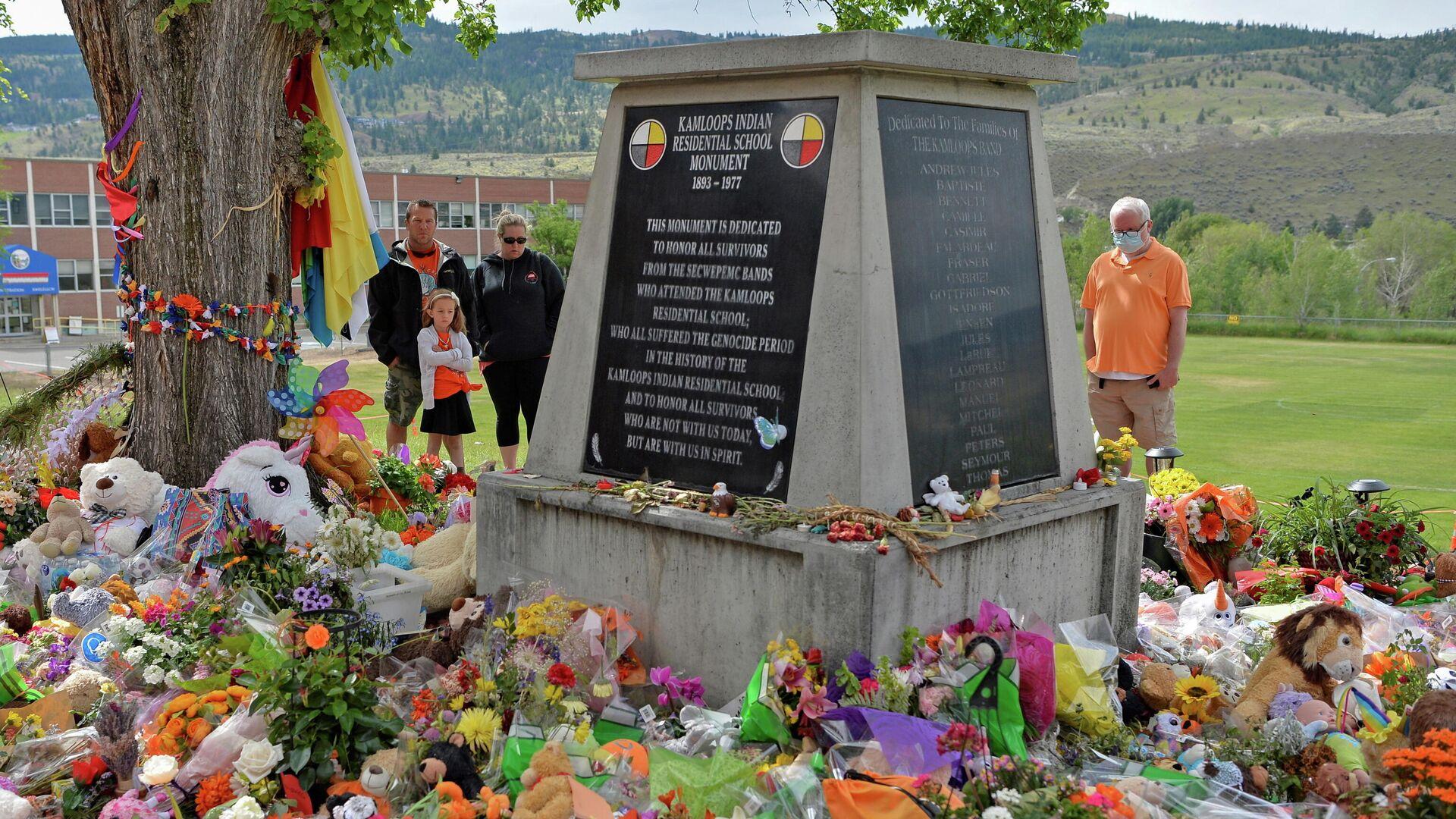 Импровизированный мемориал на территории бывшей индийской школы-интерната Камлупса - Sputnik Узбекистан, 1920, 28.06.2021