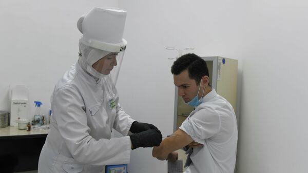 Пациент на пункте вакцинации делает прививку от коронавируса - Sputnik Узбекистан