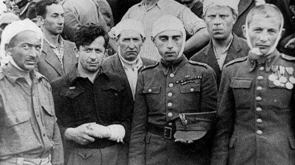 Евреи, раненые во время погрома в Кельце, во время похорон - Sputnik Узбекистан