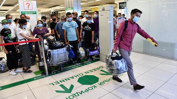 Мигранты в аэропорту - Sputnik Ўзбекистон