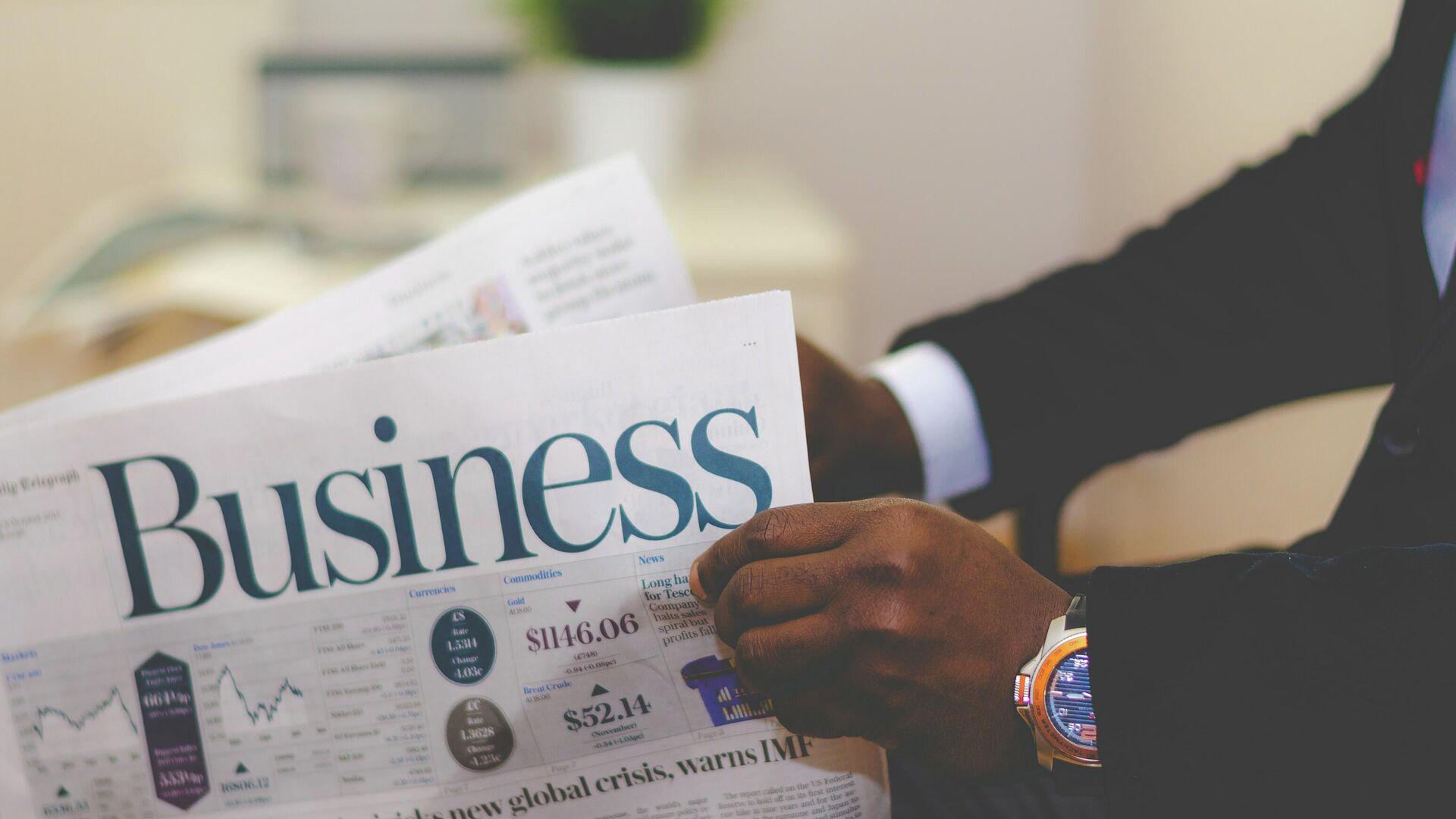 Бизнесмен читает газету - Sputnik Узбекистан, 1920, 01.07.2021