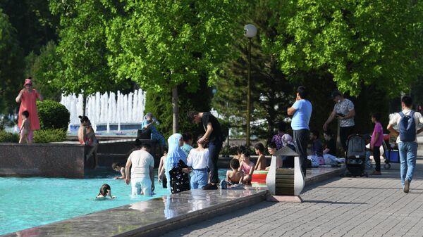 Пикничок и зона отдыха в одном из городских фонтанов столицы - Sputnik Узбекистан