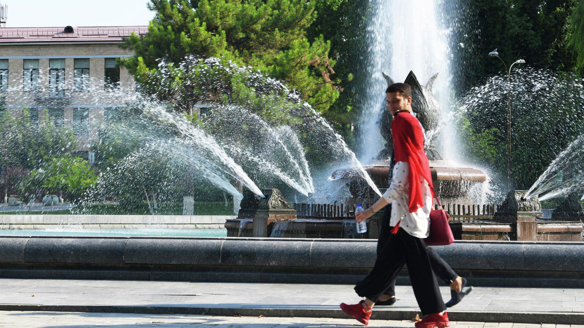Парень с девушкой у фонтана возле ГАБТА - Sputnik Узбекистан, 1920, 13.07.2021