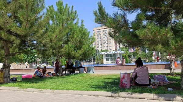 Piknik u fontana ryadom s tsirkom - Sputnik Oʻzbekiston