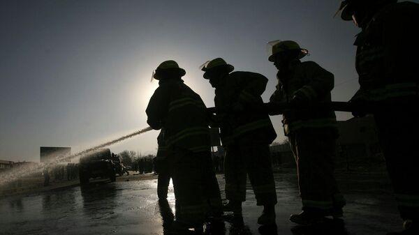 Пожарные ликвидируют возгорание - Sputnik Узбекистан
