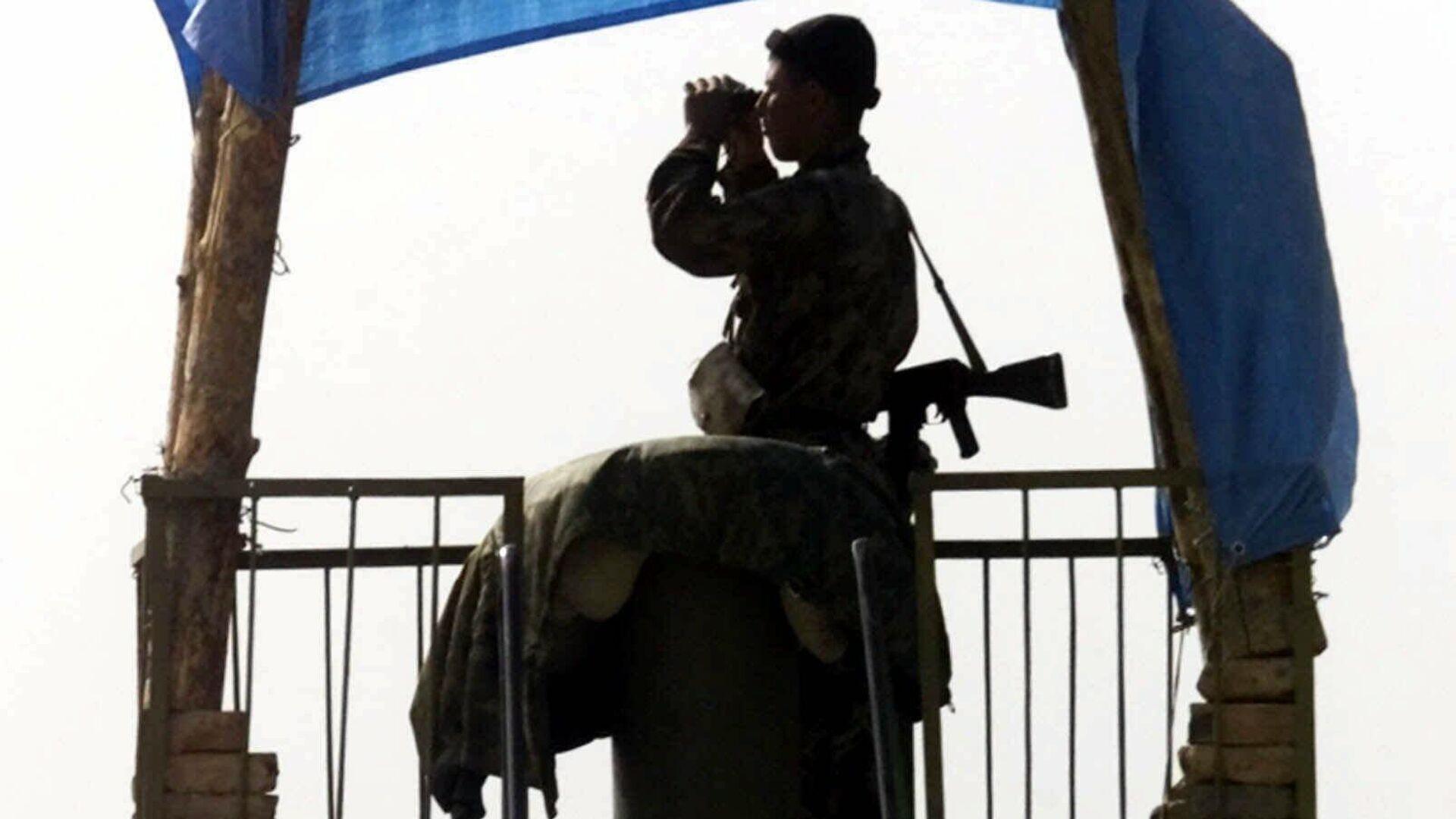 Пограничник ВС РФ наблюдает в бинокль за афгано-таджикской границей - Sputnik Узбекистан, 1920, 07.07.2021