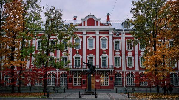 Главное здание Санкт-Петербургского Государственного университета на Васильевском острове в Санкт-Петербурге. - Sputnik Узбекистан