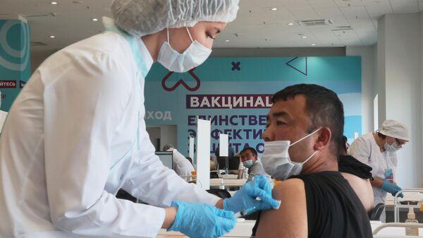 Центр вакцинации от COVID-19 в Лужниках - Sputnik Узбекистан
