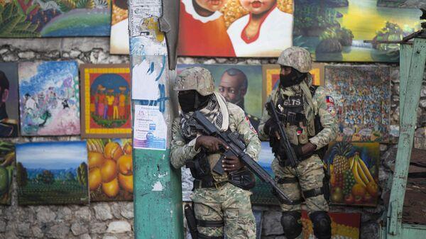 Солдаты патрулируют Петион Вилль, район, где жил покойный президент Гаити Жовенель Мойз, в Порт-о-Пренсе, Гаити - Sputnik Узбекистан