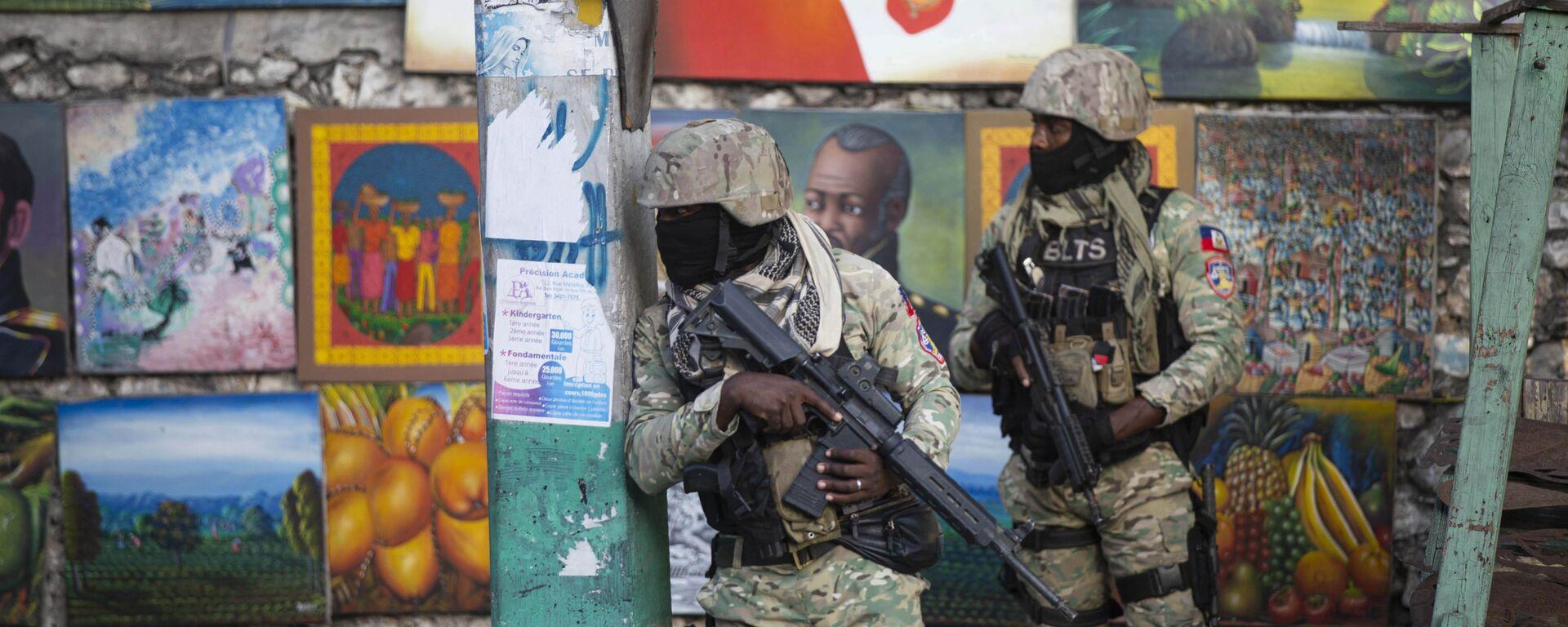 Солдаты патрулируют Петион Вилль, район, где жил покойный президент Гаити Жовенель Мойз, в Порт-о-Пренсе, Гаити - Sputnik Узбекистан, 1920, 11.07.2021