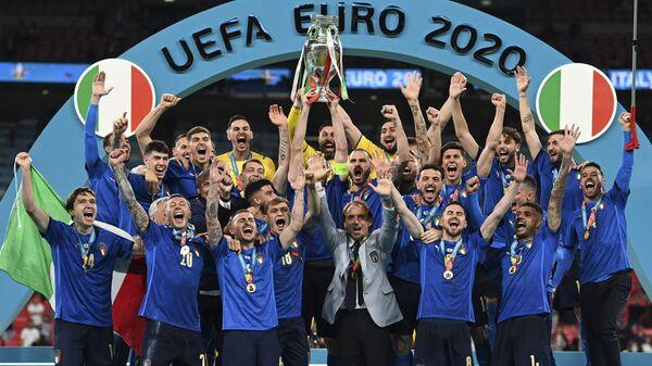 Сборная Италии празднует победу на пьедестале почета после победы в финале Евро-2020 - Sputnik Узбекистан