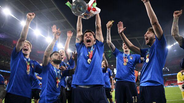 Italyanskiye igroki prazdnuyut trofey posle finalnogo matcha Yevro-2020  - Sputnik Oʻzbekiston
