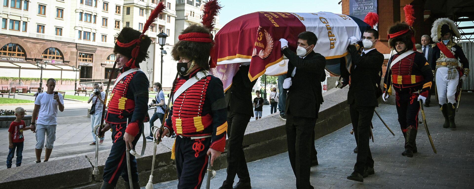 Члены исторического клуба и родственники несут гроб французского генерала Шарля Этьена Гудена - Sputnik Узбекистан, 1920, 13.07.2021