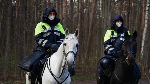 Патрулирование конной полицией улиц в Москве - Sputnik Узбекистан